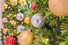 Choinka wakacyjny wystrój, zbliżenie dekorująca choinka dla tła Zdjęcie Royalty Free