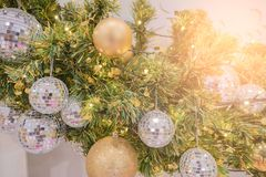 Choinka wakacyjny wystrój, zbliżenie dekorująca choinka dla tła Zdjęcia Stock