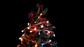 Choinka z barwionymi światłami i zabawki krążymy na czarnym tle zbiory wideo