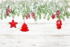 Choinka z czerwonym dekoraci i spadać śniegiem Fotografia Royalty Free