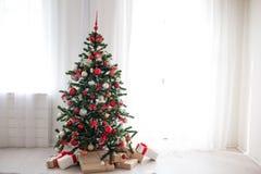 Choinka z czerwonymi dekoracja nowego roku prezentami Obraz Royalty Free