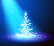 Choinka z defocused światłami niebieska tła Fotografia Royalty Free