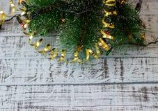 Choinka z dekoracją i światła na drewnianej desce obrazy stock