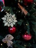 Choinka z jaskrawymi zabawkami Piękna fotografia zdjęcia royalty free