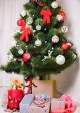 Choinka z kolorowymi piłkami i prezentów pudełkami zdjęcie royalty free