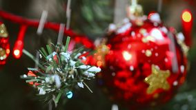 Choinka z ornamentami i śniegiem zdjęcie wideo