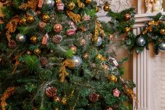 Choinka z złota, błękitnych i srebnych dekoracjami, zdjęcie royalty free