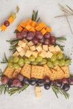 Choinka zakąski: ser, winogrona i krakers, odgórny v zdjęcie royalty free