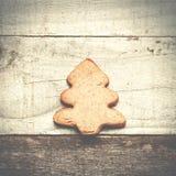 Choinki ciastko na popielatym drewnianym tle Święta moje portfolio drzewna wersja nosicieli Zdjęcie Royalty Free