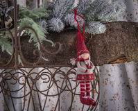 Choinki dekoraci mała lala w czerwonej małomiasteczkowej zimie c Zdjęcie Royalty Free