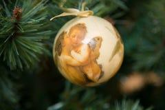 Choinki dekoraci piłka z aniołami fotografia royalty free
