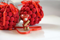 Choinki dekoraci piłki i drewniany niedźwiedź Obraz Stock
