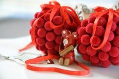 Choinki dekoraci piłki i drewniany niedźwiedź Obrazy Royalty Free