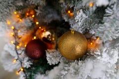 Choinki dekoracja na zamazanym tle Zima nastrój Obraz Stock