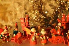 Choinki dekoracja z drewnianymi ornamentami z odbiciem Fotografia Royalty Free