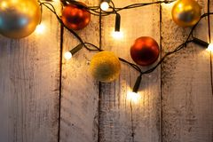 Choinki gałąź, światła i baubles na białym drewnianym stole z kopii przestrzenią, obraz stock
