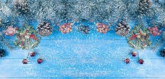 Choinki gałąź na błękitnym drewnianym tle, śnieżna dekoracja fotografia royalty free