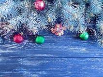 Choinki gałąź, piłka na dekoracyjnego świętowania drewnianym tle obraz royalty free