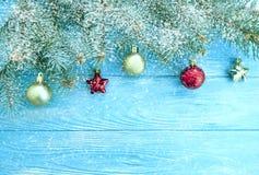 Choinki gałąź rocznika wakacje sezonowa rama, rabatowej dekoracji drewniany tło, śnieg obraz royalty free