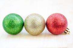 Choinki piłka na drewnianym tle Fotografia Stock