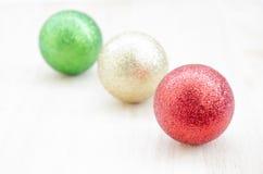 Choinki piłka na drewnianym tle Zdjęcia Stock