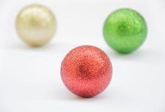 Choinki piłka na drewnianym tle Obrazy Stock