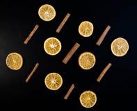 Choinki sosna Rozgałęzia się z suchymi pomarańczami cynamon, anyż, sosna na ciemnym tle zdjęcia stock