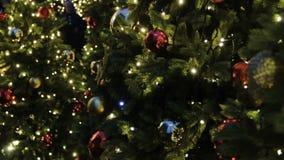 Choinki tło i boże narodzenie dekoracje Kolorowe piłki i girlanda na zielonej jodle w wieczór zdjęcie wideo