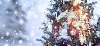 Choinki tło i boże narodzenie dekoracje z śniegiem, bChristmas drzewnym tłem i Bożenarodzeniowymi dekoracjami z śniegiem, zdjęcia royalty free