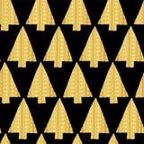 Choinki Złocistej folii wektoru wzoru bezszwowy tło Błyszczące złote textured trójbok choinki na czarnym tle ilustracji