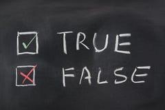 Choise mellan riktigt och falskt arkivfoton