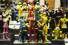 Choisi centre du nombre d'actions de caractère fictif de la série télévisée américaine Power Rangers d'enfants images stock