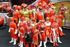 Choisi centre du nombre d'actions de caractère fictif de la série télévisée américaine Power Rangers d'enfants photographie stock libre de droits