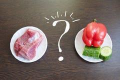 choisissez entre la viande et les légumes choix entre les végétariens et les mangeurs de viande image libre de droits