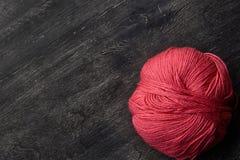Choisissez la boule rose du fil sur le fond en bois Photos libres de droits