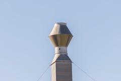 Choisissez la cheminée industrielle, cheminée en métal contre le ciel clair Photo libre de droits