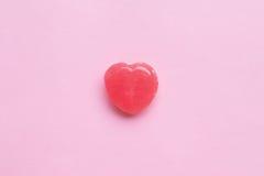 Choisissez la sucrerie rose de forme de coeur de jour du ` s de Valentine sur le fond vide de papier de rose en pastel Concept d' Images stock