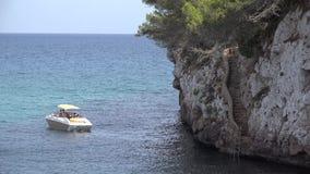 Choisissez le bateau flottant sur la surface bleue de mer banque de vidéos