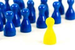 Choisissez le cône jaune de halma contre les cônes bleus de halma photo stock