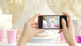 Choisissez le gâteau du plat blanc La photo est prise avec le fullHD 20s du téléphone 1080p banque de vidéos