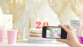 Choisissez le gâteau du plat blanc La photo est prise avec le fullHD 20s du téléphone 1080p clips vidéos