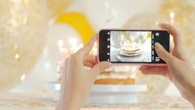 Choisissez le gâteau du plat blanc La photo est prise avec le téléphone Vingt années de fullHD de 1080p clips vidéos