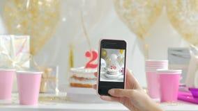 Choisissez le gâteau du plat blanc La photo est prise avec le téléphone Vingt années du fullHD 20s de 1080p clips vidéos