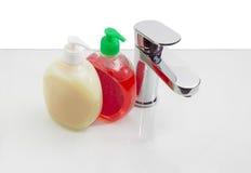 Choisissez le mélangeur de poignée et deux bouteilles de savon liquide Images stock