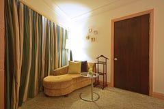 Choisissez le sofa incurvé avec la petite table basse élégante images stock