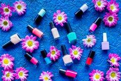 Choisissez le vernis à ongles pour la manucure Bouteilles de poli coloré sur la vue supérieure de fond bleu Photo stock