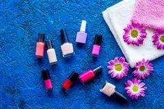 Choisissez le vernis à ongles pour la manucure Bouteilles de poli coloré sur la vue supérieure de fond bleu Image libre de droits