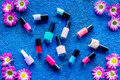 Choisissez le vernis à ongles pour la manucure Bouteilles de poli coloré sur la vue supérieure de fond bleu Images libres de droits