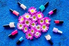 Choisissez le vernis à ongles pour la manucure Bouteilles de poli coloré sur la vue supérieure de fond bleu Photographie stock libre de droits