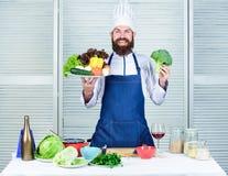 Choisissez les meilleurs ingr?dients L?gumes de pr?sentation heureux d'homme excellents Aliment biologique Recette culinaire orga images libres de droits